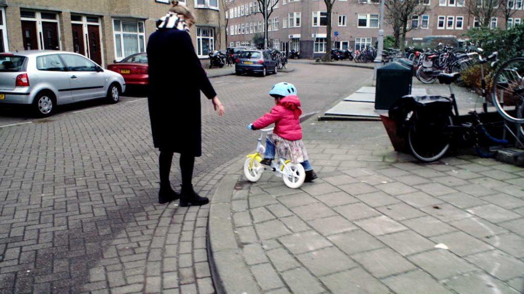 De fietser - klein meisje op eerste fiets